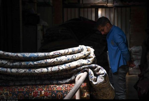 عکاسان خبرگزاری ایرانا تصاویری جالب و دیدنی از بازار اصفهان تهیه کرده که فعالان بخش ترمیم فرش و یا همان رفوگران فرش دستبافت را نشان میدهد که با عشق فراوان به هنر خود در حال فعالیت هستند .