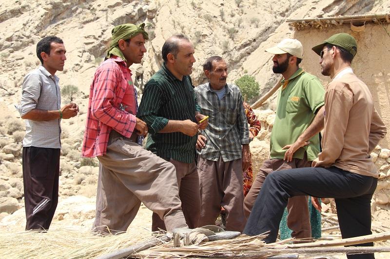 تقاضای مردم روستای تنگ رود از مسئولین؛ فکری به حال جاده و برق روستا کنید!+کلیپ