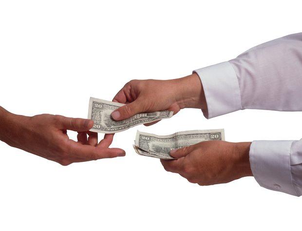 آیا قرض دادن پول به دوستان کار صحیحی است؟