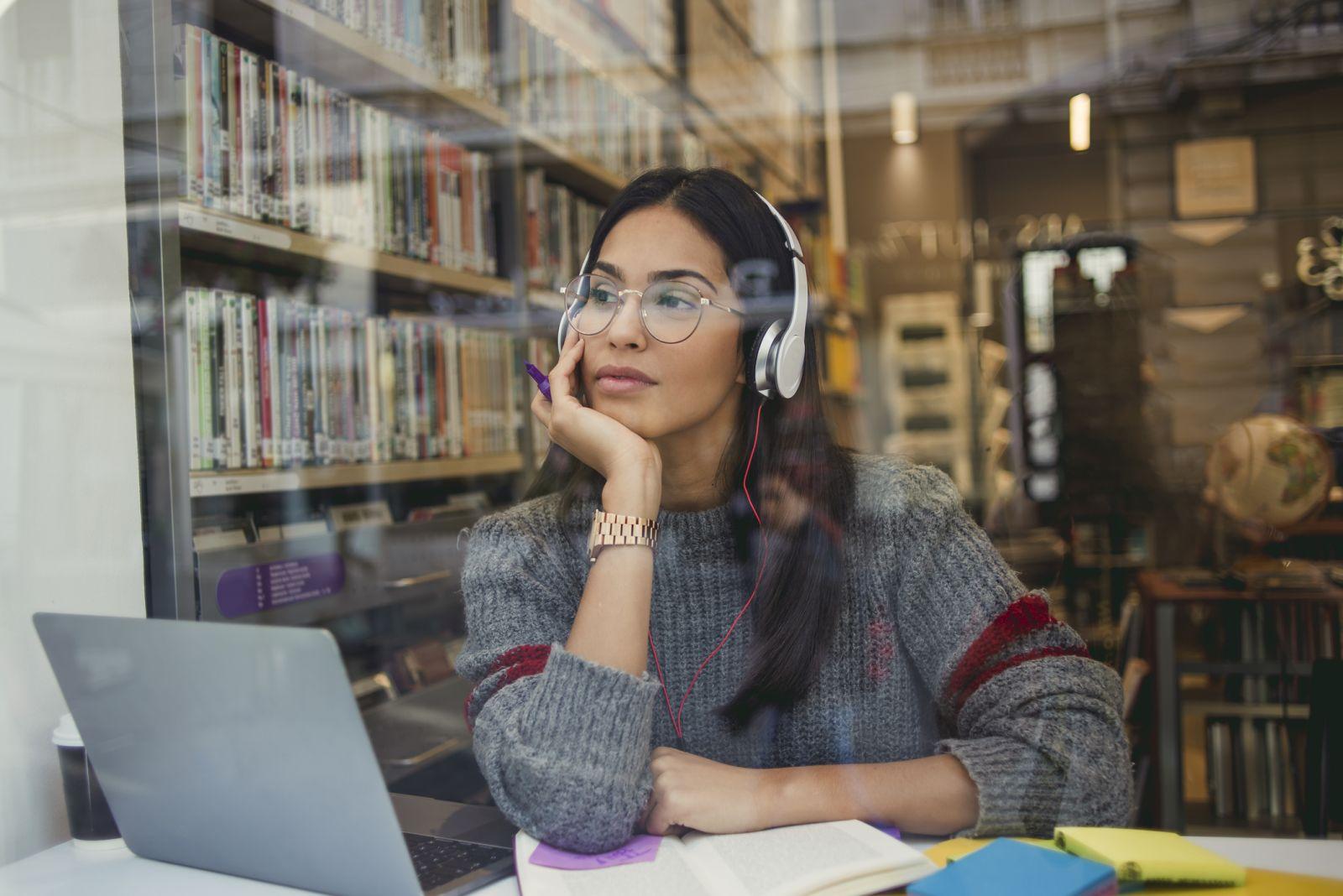 📛 گوش دادن به موسیقی ممکن است با خلاقیت تداخل پیدا کند