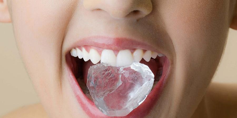 با علل و مضرات عادت به جویدن یخ آشنا شوید