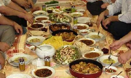 حکم دادن افطار  به کسانی که روزه نمی گیرند