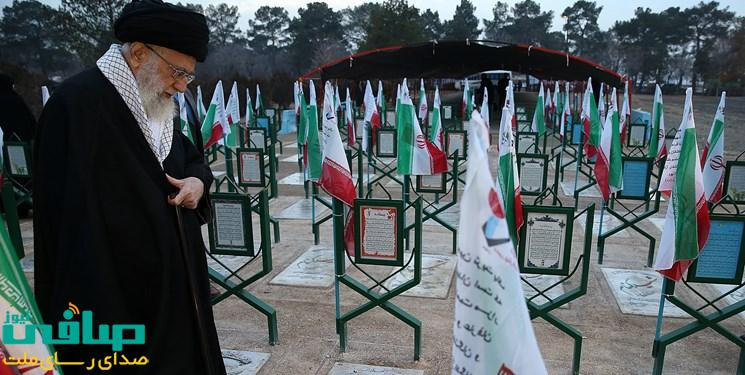 مقام معظم رهبری: نام شهید بر فراز کویها و برزنها موهبتی است که باید ادامه یابد