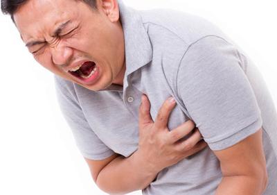 نشان های حمله قلبی، درد شدید در قفسه سینه