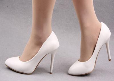 ضررهای کفش پاشنه بلند، راه رفتن با کفش پاشنه بلند