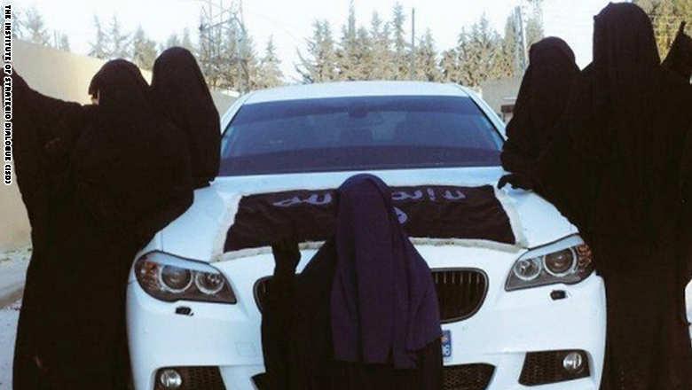 عکسهایی که زنان داعشی برای فریب دختران منتشر میکنند