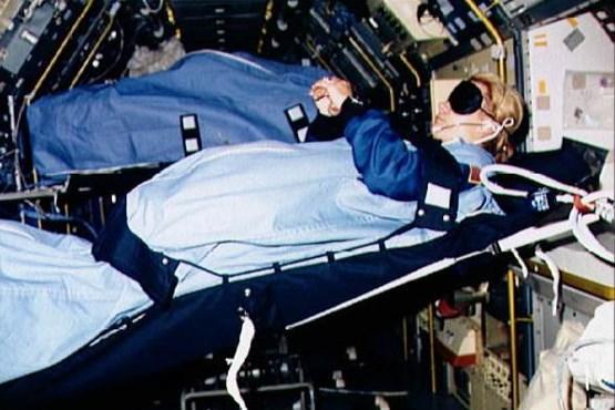 فضانوردان چگونه می خوابند