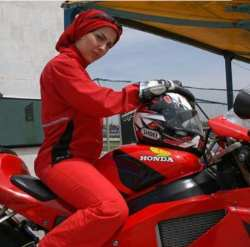 ليلا اوتادي با لباس قرمز سوار موتور