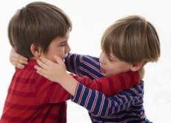 با کودکي که دست بزن دارد چگونه برخورد کنيم؟