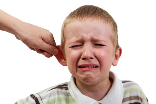 آسیبهای دعوا کردن کودک در جمع را بدانید