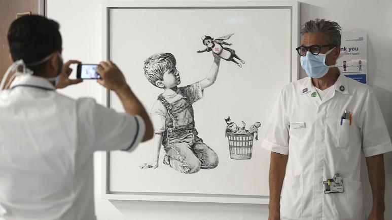 بنکسی با نقاشی یک «ابرپرستار» بار دیگر از پرستاران حمایت کرد