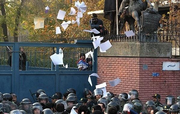 حملهکنندگان به سفارت بریتانیا در تهران چه فاجعهای به بار آوردند؟