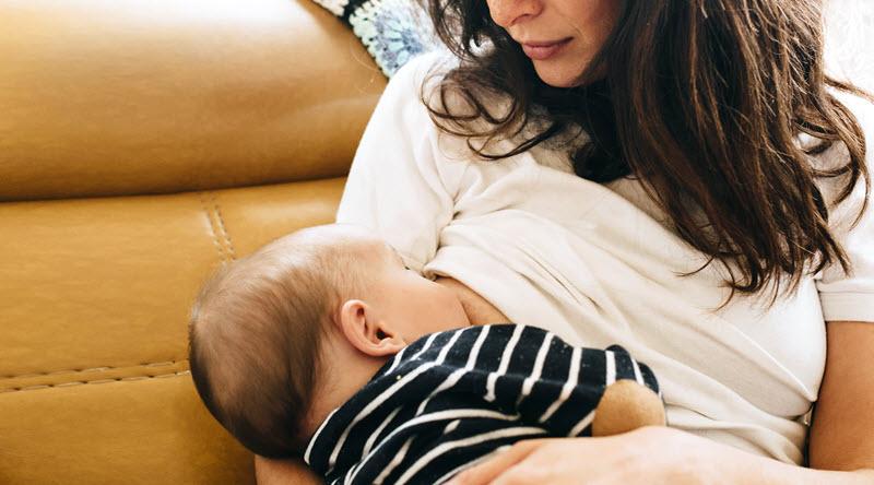تغذیه نوزادان با شیر مادر را در دوران کرونا قطع نکنید