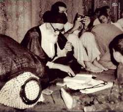 کتاب خواندن امام خميني در حرم حضرت علي (ع)