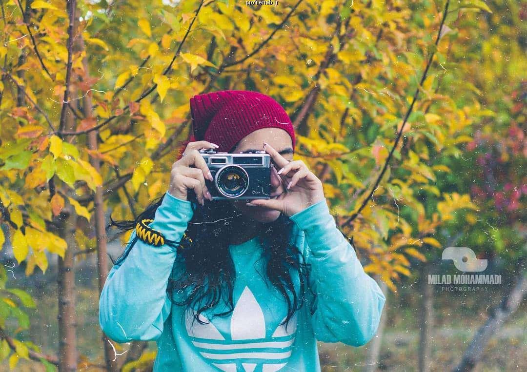 عکس دختر در پاییز از پشت سر