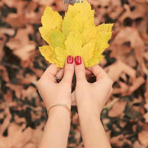 دختر و برگ پاییزی