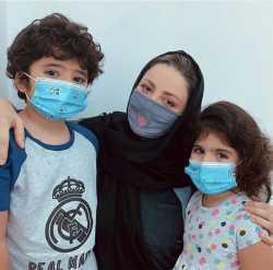 شيلا خداداد ماسک زده در کنار بچه هايش
