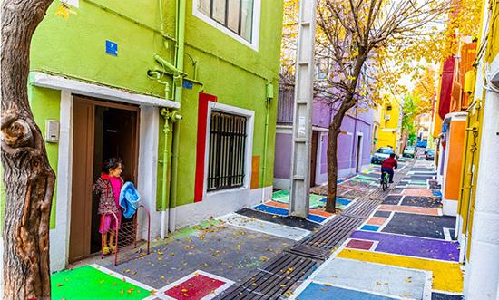 گشتی در رنگیترین کوچه تهران