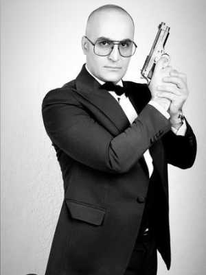 دوبلور معروف ايراني اسلحه به دست