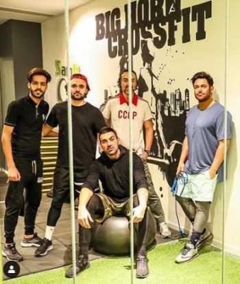 عکس محمد رضا گلزار با دوستانش در باشگاه ورزشي
