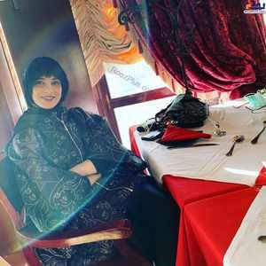 روشنک عجميان در رستوران