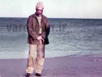 آقاي خامنه اي با لباس شخصي و کلاه