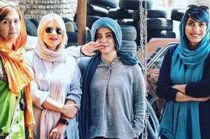 عکس الهام اخوان با دوستانش