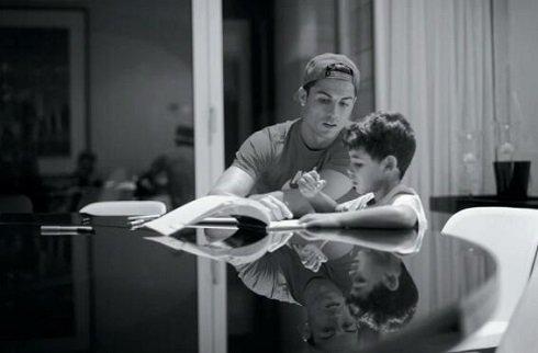 عکس جالبی از رونالدو در حال گفتن دیکته به فرزندش