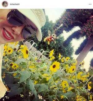عکس ليلا اوتادي در کنار گلهاي آفتاب گردان