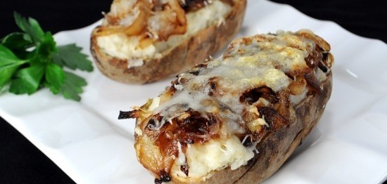 طرز تهیه سیب زمینی تنوری با پیاز کاراملی و پنیرسوئیسی