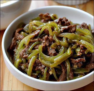 خوراک گوشت گاو با کاهوی چینی