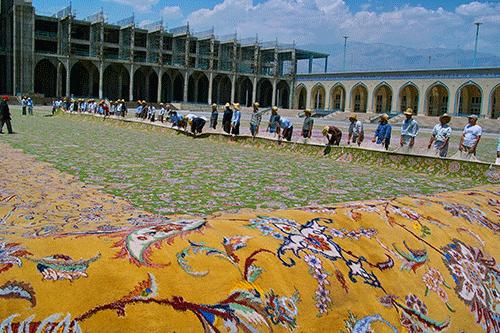 تصویر رونمایی فرش در مصلی تهران پس از بافت