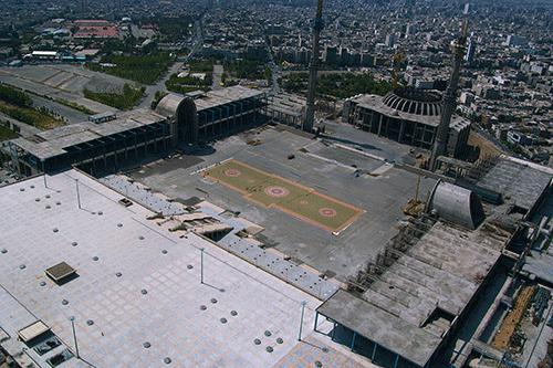 تصویر رونمایی از بزرگترین فرش دستباف جهان در مصلی تهران