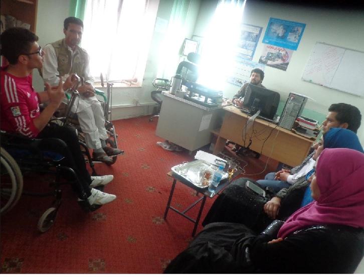 تعدادی ازدادخواهان رضاکار دریک نشست مشترک با مسوول کمیته ی مـعلولین دفترساحوی کمیسیون مستقل حقوق �