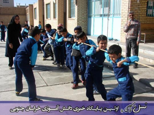 مسابقه طناب کشی بین دانش آموزان دبستان شهید آیت (دوره اول)