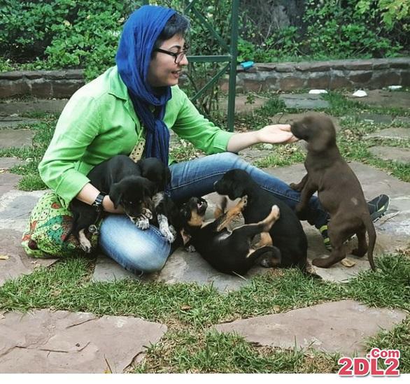 بازیگر معروف در کنار توله سگ ها + عکس