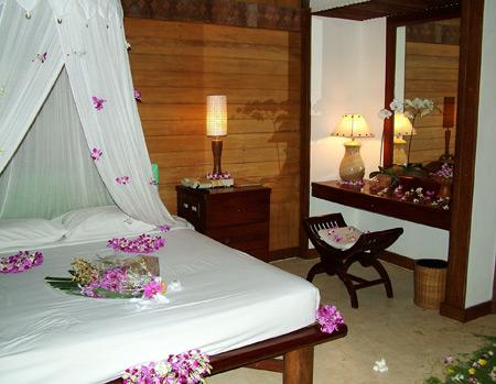شیک ترین مدل تزیین تخت عروس با گل های طبیعی