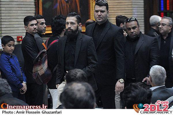 بازیگر معروف با بادیگاردهایش در ختم علی طباطبایی ! + عکس