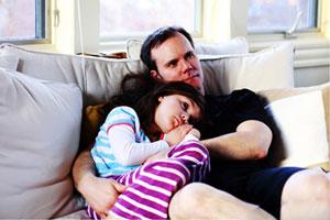 صحبت کردن پدر با دخترش در غیاب مادر حرام است