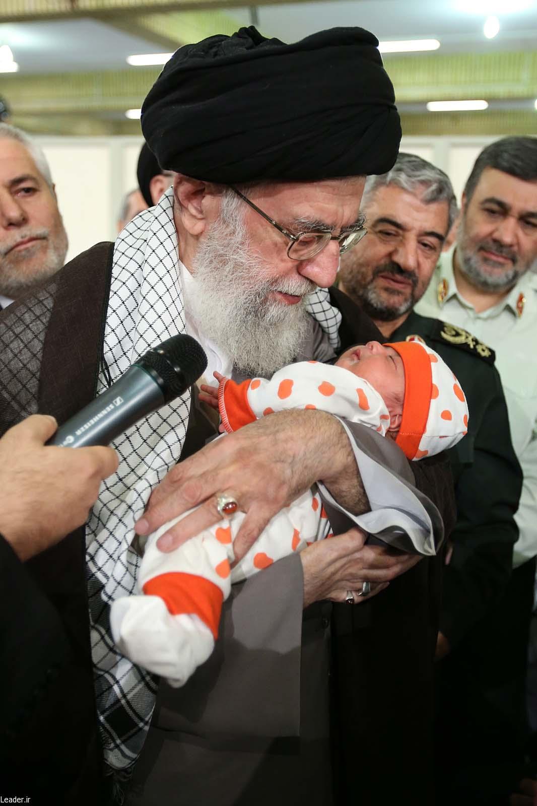 اذان گفتن رهبر انقلاب در گوش نوزاد (عکس)