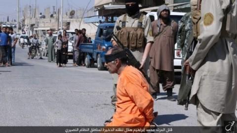 مراسم گردن زنی مرد سوری به اتهام همکاری با ارتش سوریه