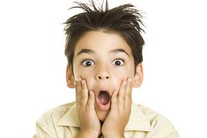 پسری که با زبانش نقاشی می کشد + عکس