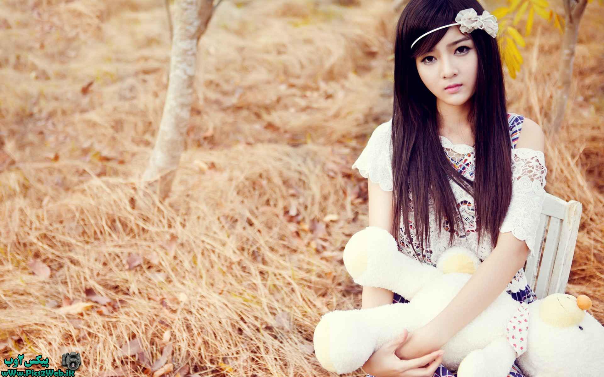 عکس دختر با لباس سفید  با خرس سفید