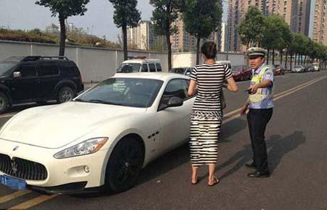 این دختر اتومبیل میلیون دلاری اش را در خیابان رها کرد