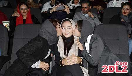 بوسه زدن دو بازیگر به صورت نیکی کریمی / عکس