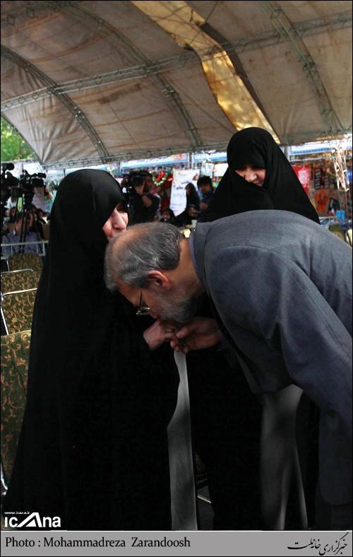 بوسه لاریجانی بر دستان همسر شهید مطهری