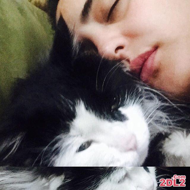 عکس پخش شده از نرگس محمدی در خواب در کنار حیوان خانگی اش