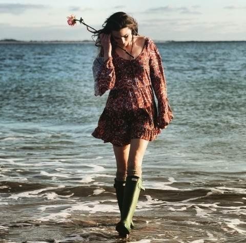 X در ساحل ماسه ای باخدا قدم میزدم به پشت سرم نگاه کردم جاهایی که از خوشی هاحرف زده بودیم دو ردپا بود و جاهایی که از سختی ها حرف زده بودیم جای یک ردپابود به خدا گفتم در سختی ها کنارم نبودی؟ گفت آن ردپایی که میبینی من هستم؛ تورا در سختی ها به دوش میکشیدم X در ساحل ماسه ای باخدا قدم میزدم X متن عاشقانه X متن زیبای ساحل X دختر در ساحل X دختر در ساحل عاشقانه X متن دختر در ساحل X دختران عاشق در ساحل X مطالب عاشقانه همراه لاو X عکس های عاشقانه دختر X عکس های عاشقانه X درد دل با خدا X لاو77 X خدا کنارمی ؟؟