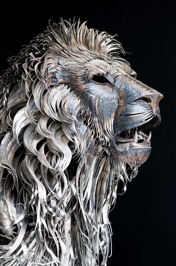 مجسمه زيباي يک شير از هزارن تکه فلز