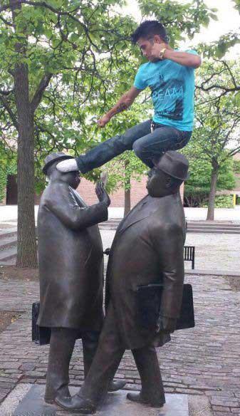 شوخی با مجسمه